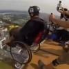 JEL MOGUĆE? U invalidskim kolicima skočio padobranom! (VIDEO)