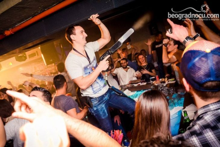 Dečko zabavlja goste u klubu Mr Stefan Braun