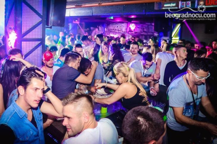 Momci i devojka na žurci u klubu Stefan Braun