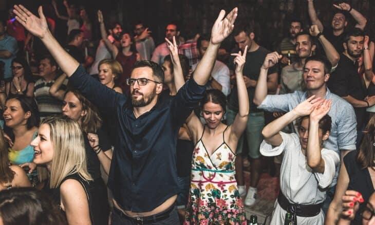 Ljudi koji su uprovodu u noćnom klubu