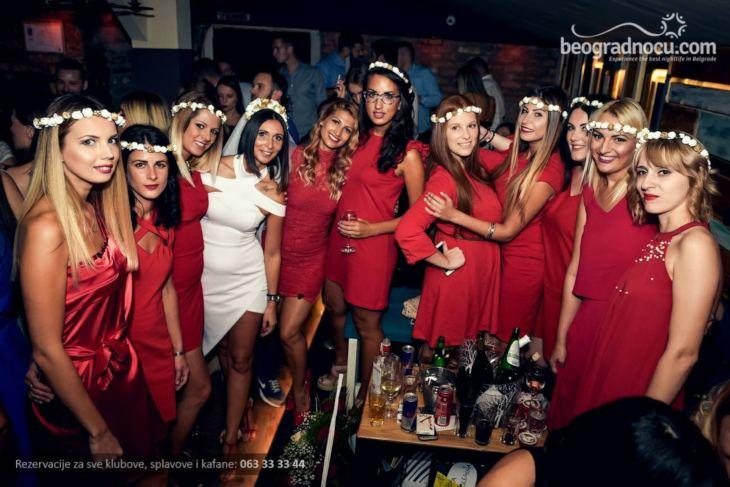 Devojke u crvenim haljinama