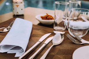 Salvete i escajg pored tanjira u rasporedu koji treba da bude