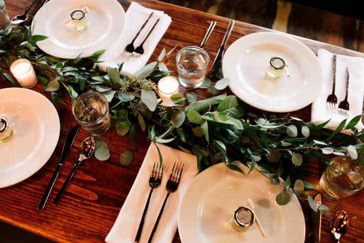 Postavljen sto sa escajgom, tanjirima i čašama
