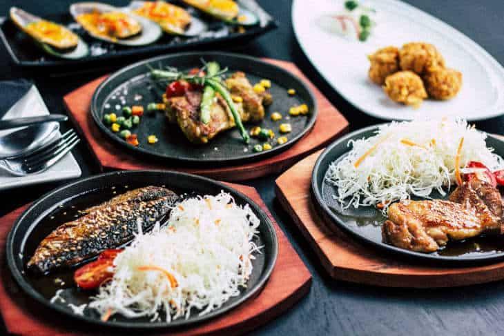 Servirani tanjiri sa hranom kao što su piletina i riba