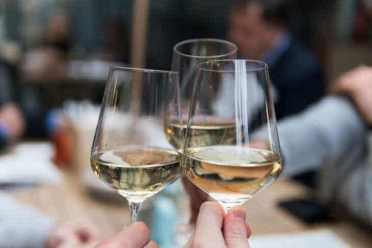 Tri čaše podignute u znak zdravice