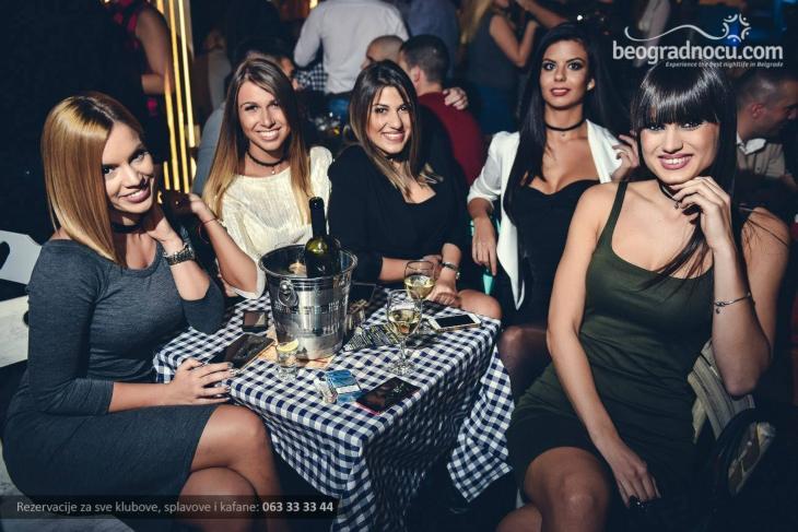 Devojke sede za stolom u Gradskoj kafani