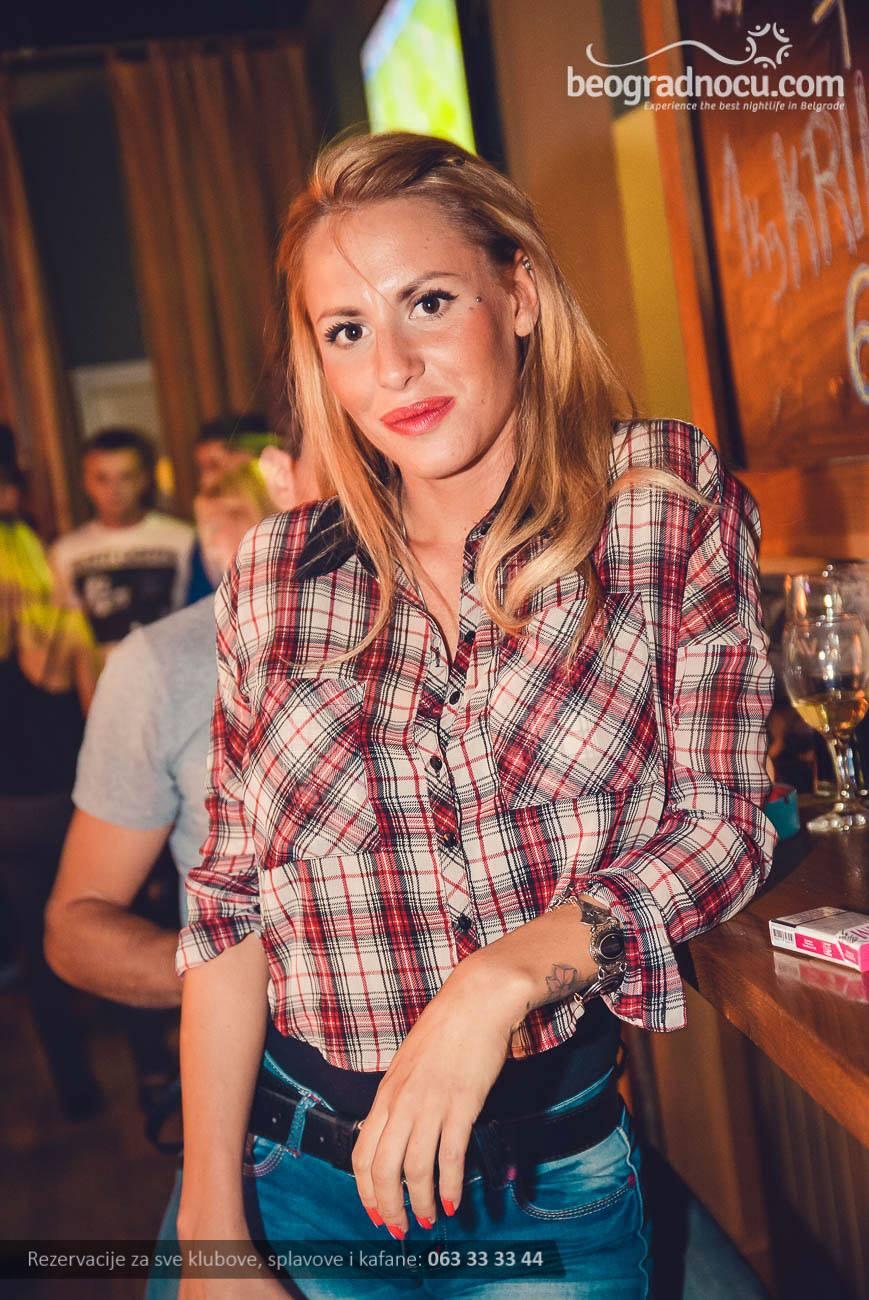 klub-tramvaj-pub-devojka1