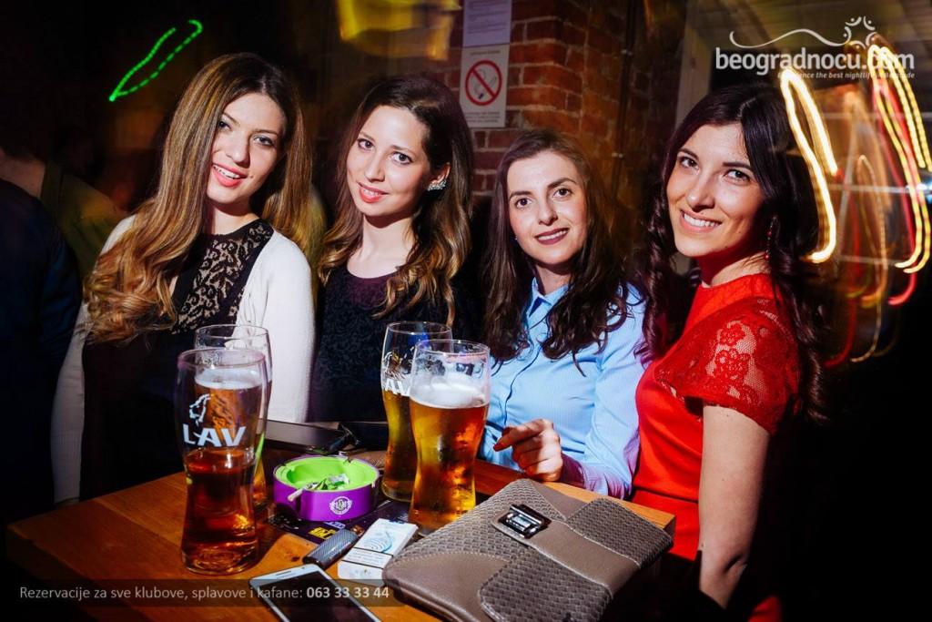 devojke tramvaj pub