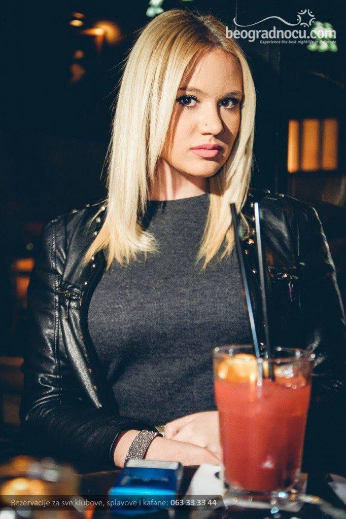 jimmy-woo-bar-devojka1-682x1024