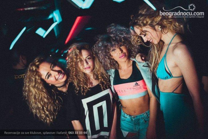 Devojke na žurci u DOT klubu