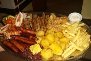 Nedeljni ručak u Korčaginu: Rolovano punjeno pileće belo SAMO 440 rsd, 10 ćevapa – 250 rsd!