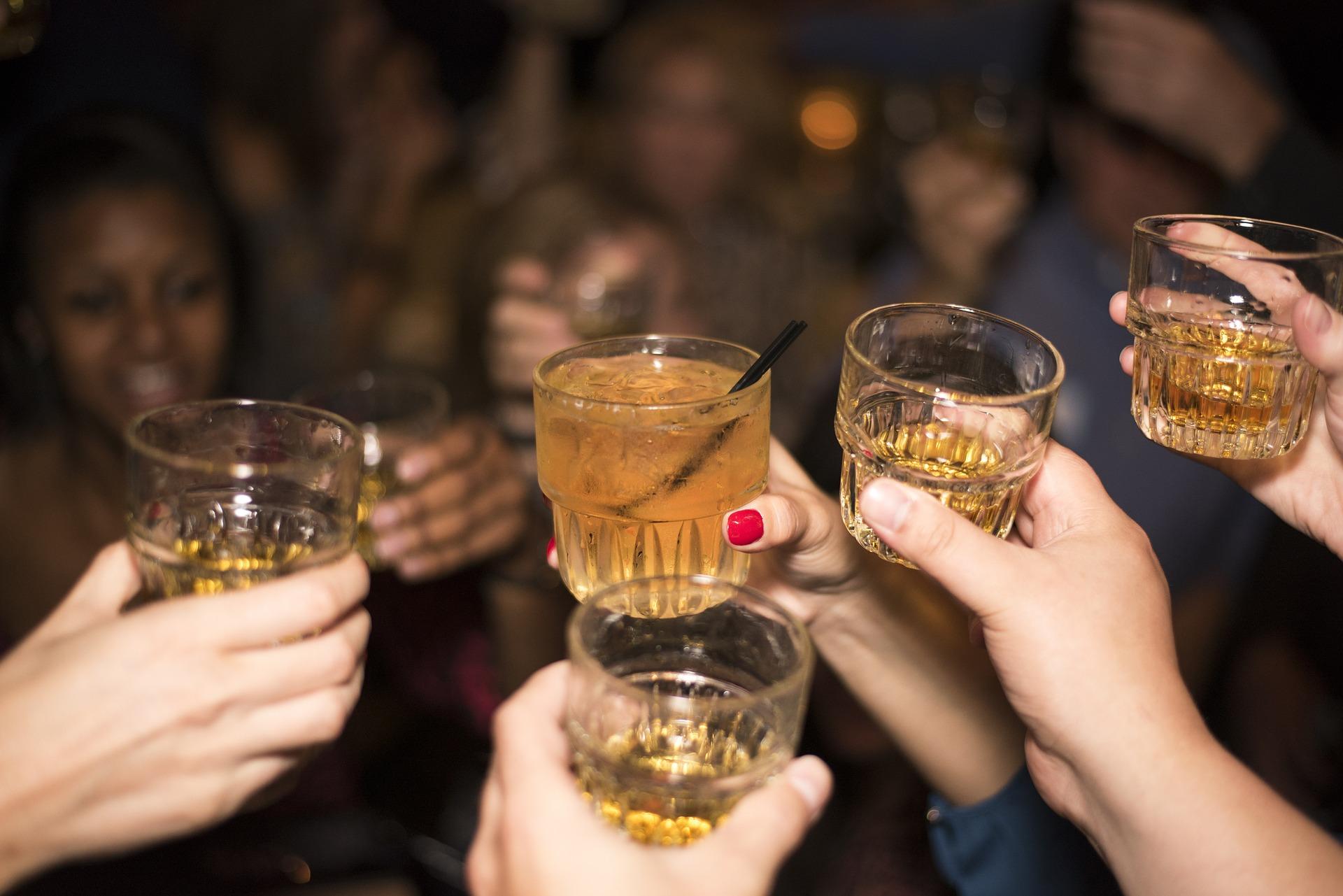alokohol-izlazak-ljudi