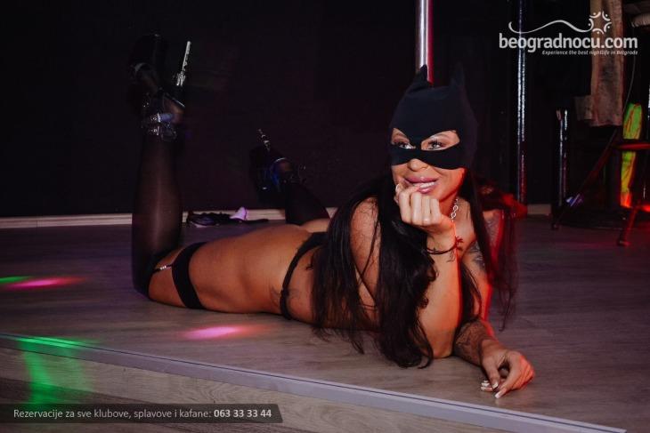 Igračica na podijumu u striptiz klubu Black Rose