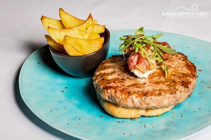 hamburger sa krompirima sa strane, u plavom tanjiru