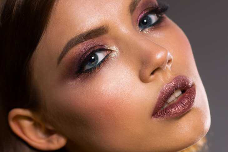 Devojka sa jakom šminkom