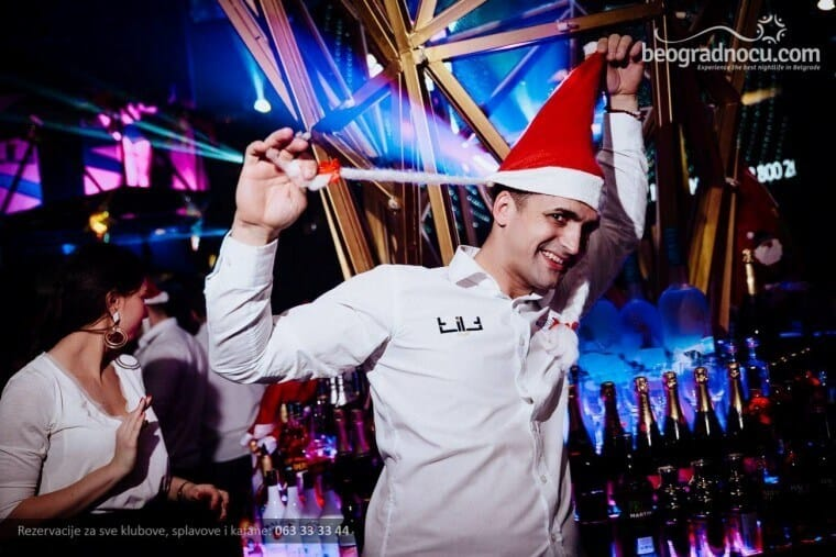 Doček Nove godine - konobar sa kapom