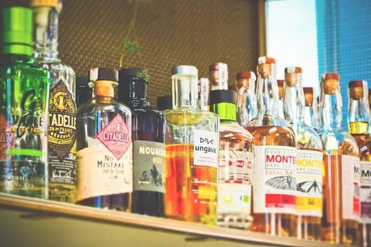Flaše alkoholnih pića na šanku