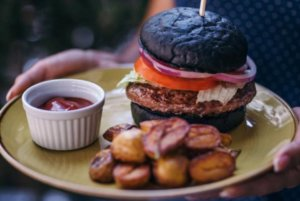 Peta soba crni burger