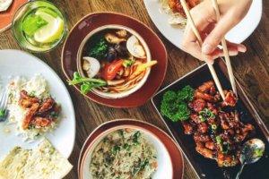 Kineska hrana postavljena na stolu
