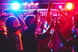 Ljudi igraju u klubu