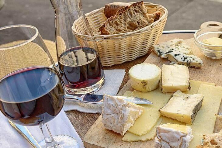 crno vino i meze