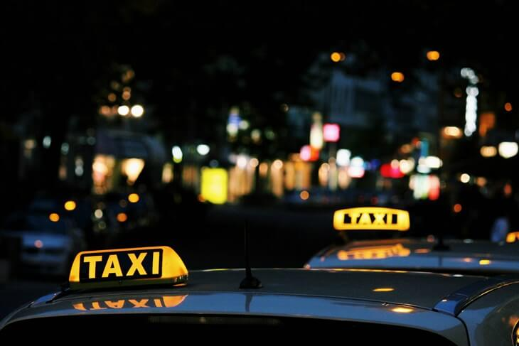 Taksi vozilo po mraku