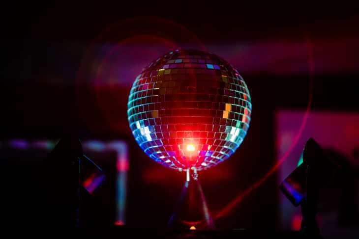 disko kugla u nocnom klubu