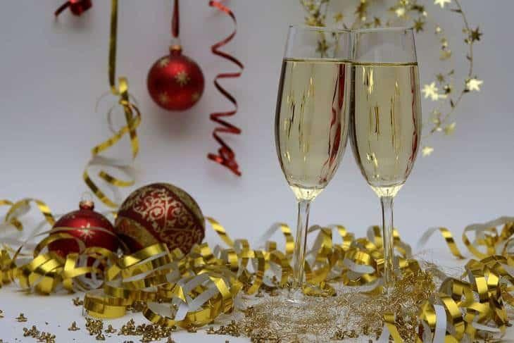 Šampanjac u čašama sa ukrasima novogodišnjim