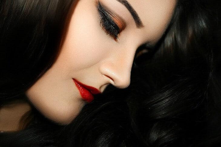 Devojka sa crvenim karminom