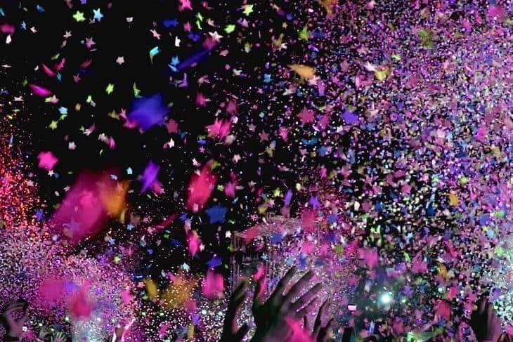 Ljudi bacaju konfete na žurci