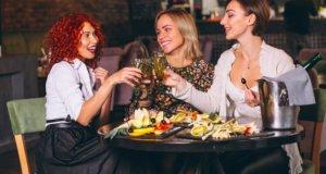 Devojke sede na večeri