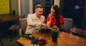 Momak i devojka sede na večeri u restoranu