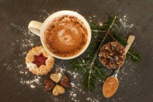 Topla čokolada sa cimetom u šolji