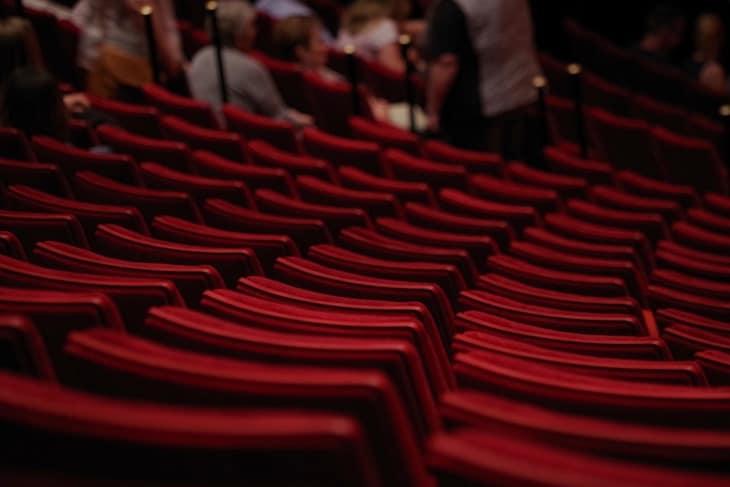 pogled na crvena sedišta u pozorištu