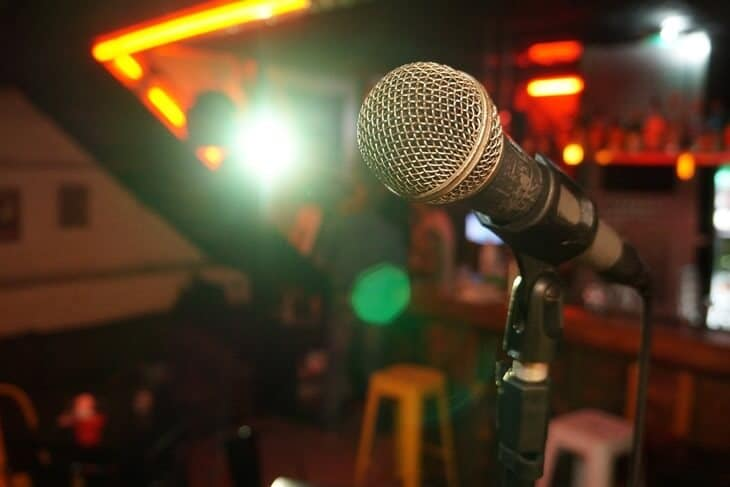 Mikrofon na bini za stand up nastup