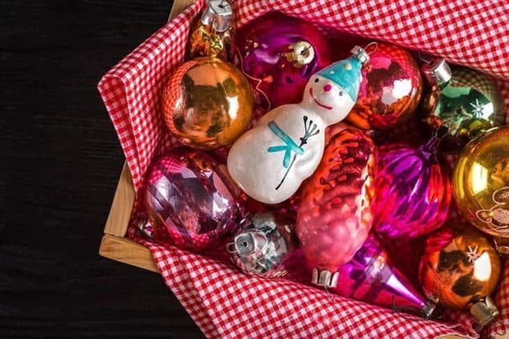 Ukrasi za novogodišnju jelku u drvenoj kutiji sa roze prekrivačem