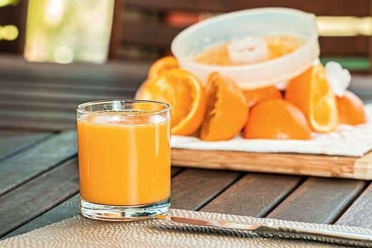 Ceđeni sok od narandže u čaši