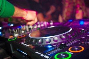 Oprema za puštanje elektronske muzike u klubu