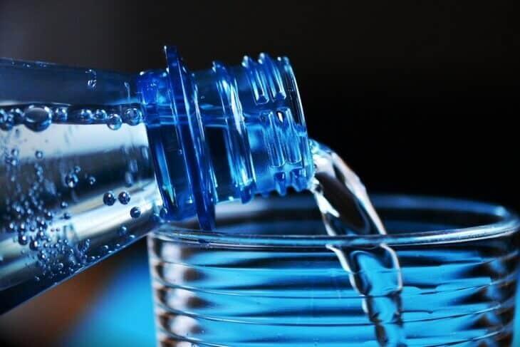 Flašica vode iz koje se sipa u čašu