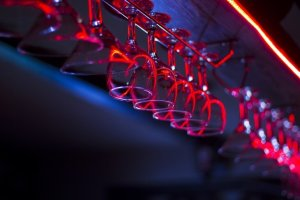 Čaše za vino okačene za šankom u klubu