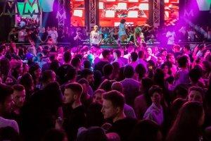Žurka u klubu sa puno ljudi