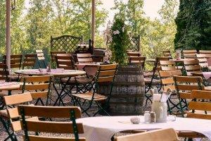 Stolovi u bašti kafića