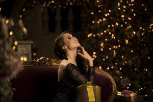 Devojka u svečanoj haljini