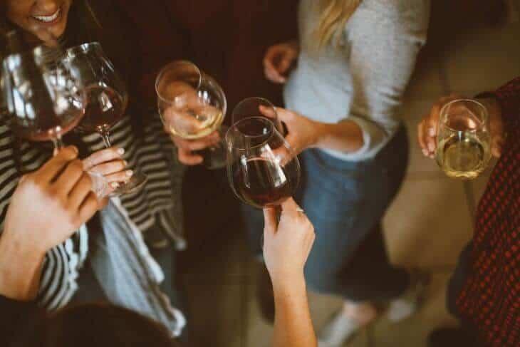 Društvo nazdravlja sa čašama za vino