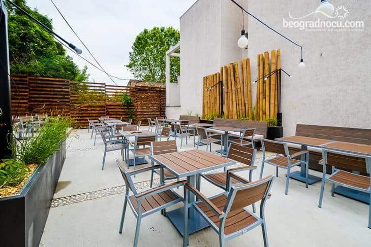 Bašta sa stolovima u kafiću