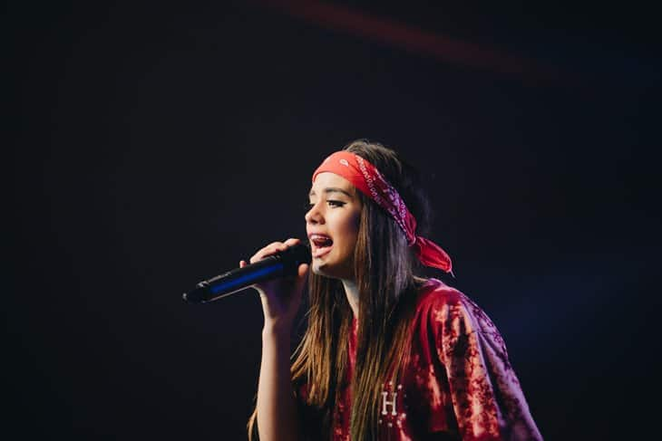 Devoojka koja peva na mikrofonu