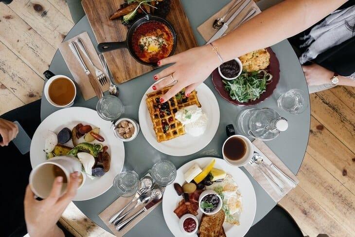 Doručak na okruglom stolu u kafiću