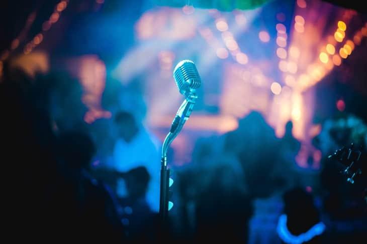 Mikrofon u baru za karaoke