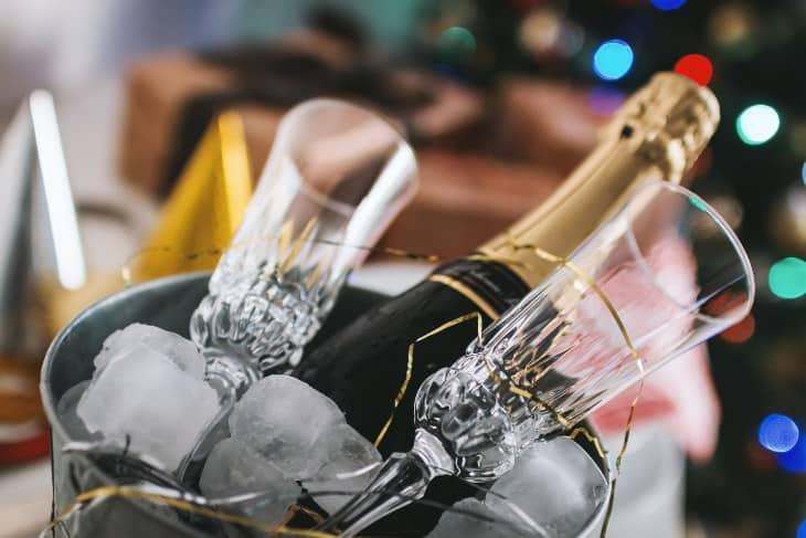 Šampanjac i dve čaše u kibli punoj leda