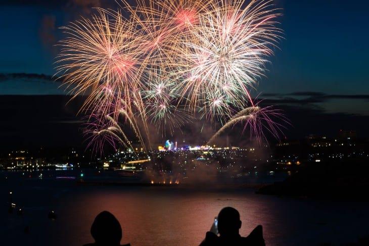 Veliki noćni vatromet koji se pušta sa broda na reci